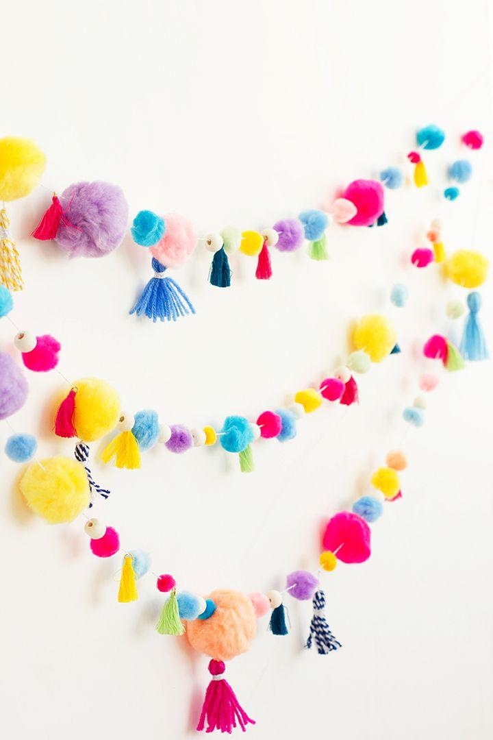DIY Kleurrijke pom pom en tassel slinger. Leuk voor een kinderfeestje of om gewoon wat kleur en gezelligheid in huis te halen! // via Alice and Lois