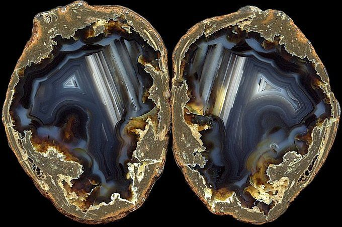 thundereggs with dark colored agates -Argentina/ Ayaleft, Chubut