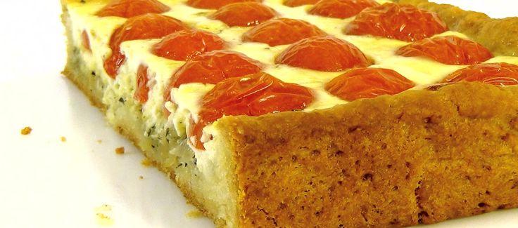 Сытный и вкусный пирог с помидорами можно подать как самостоятельное блюдо или в качестве дополнения к любой трапезе.  В начинку можно добавить отварное мясо, обжаренные грибы или бекон.