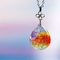 華やかな早春の風景を。ネックレス・ペンダント > 円・楕円・ドロップタイプ 早春、花咲き乱れる桃源郷のような美しい風景をガラスの中に♪身に着けやすいドロップタイプのフォルムと美しい色合いをぜひお手にとって楽しみください。 作品ID:2602 / 作品コード:161227-185238 / アメリカンガラス / 約24×20×8mm / 赤系オレンジ系黄色系黄緑系緑系青系青紫系紫系赤紫系白系・透明 / イリデセント(ラメ)加工 / グラデーション加工 / 気泡加工 / あずきチェーン シルバー色 45cm / -★本店での紹介ページはこちら⇒ http://www.laforme.jp/products/detail.php?product_id=2602⇒ 色や形、サイズその他のイメージをご自分仕様に変更してご購入されたい方は、ご希望をお聞かせください。ご希望に沿ってお見積もりいたします。⇒ 「ラフォルム」のご紹介や、受注制作・納期・お...