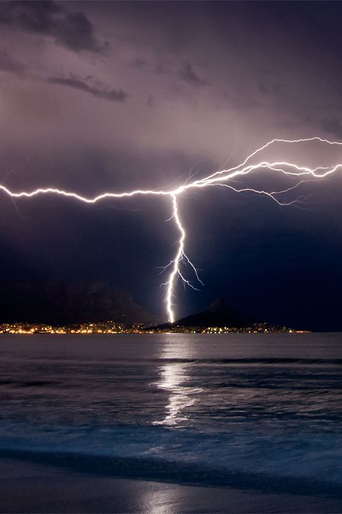 ღღ Lightning over Cape Town - South Africa (by Warren Tyrer)  http://www.travelandtransitions.com/destinations/destination-advice/africa/cape-town-travel-things-todo/