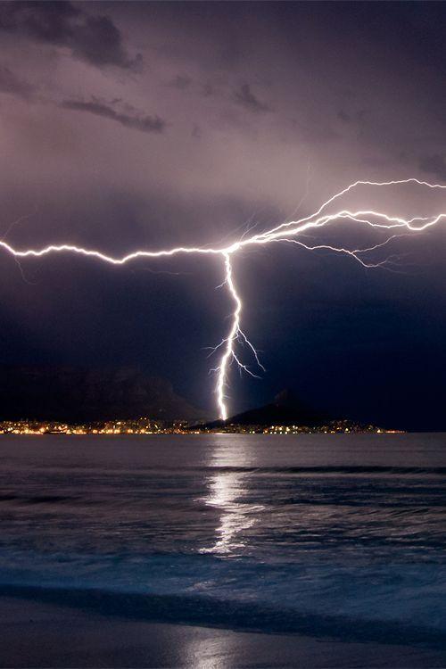 ღღ Lightning over Cape Town - South Africa (by Warren Tyrer)  http://www.travelandtransitions.com/destinations/destination-advice/africa/cape-town-travel-things-todo/