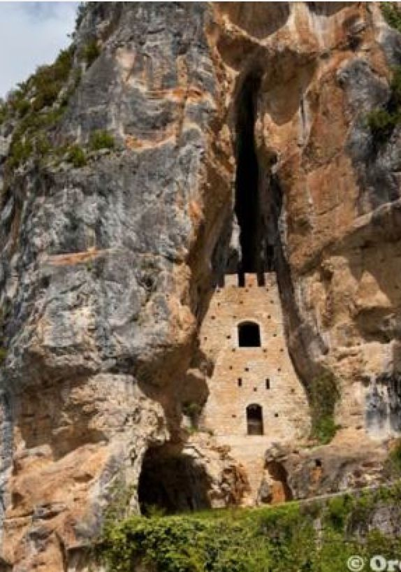 Hidden cliff castle in the village of Saint-Cirq-Lapopie, France >>This cave dwelling dates back to the 14th century and it was used as a shelter and a watch post. Looks like a fun place to hike! #PinUpLive