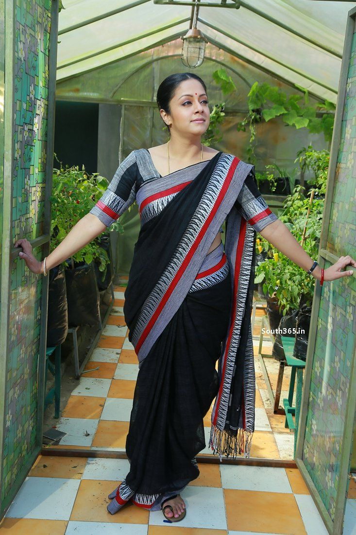 Tamil Actress Jyothika in Saree in 36 Vayadhinile Movie Pictures (12) at 36 Vayadhinile Heroine Jyothika Movie Wallpapers HD  #36Vayadhinile #Jyothika