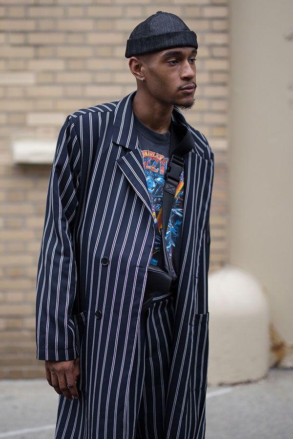 2017-10-28のファッションスナップ。着用アイテム・キーワードはコート, パンツ, 黒Tシャツ, Tシャツ,etc. 理想の着こなし・コーディネートがきっとここに。  No:235806