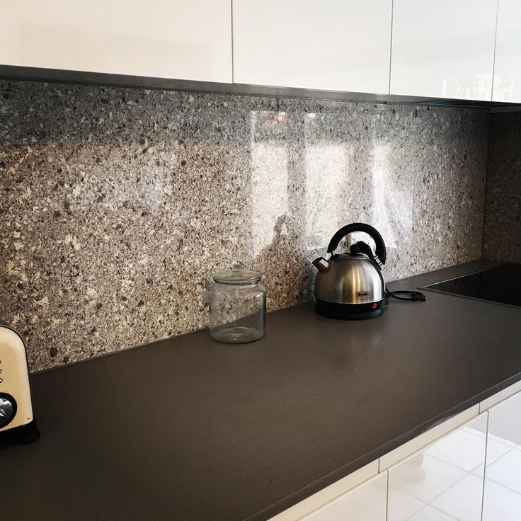 Atlantic Salt Caesarstone Splashback. A very modern option to a tile finish. Contrasts very well against the Stone Benchtop #rydebuild #atlanticsalt #caesarstone #mosman
