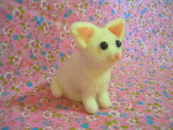 ご覧いただきありがとうございます。つぶらな黒い瞳が特徴の仔猫です。思わず守ってあげたくなるようなかよわい感じ。でも意外にしっかり者かもしれません。飼い主さんが...|ハンドメイド、手作り、手仕事品の通販・販売・購入ならCreema。