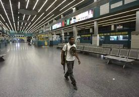 13-Jul-2014 9:33 - GEVECHTEN BIJ LUCHTHAVEN LIBIË; VLIEGVERKEER LIGT STIL. In Libië zijn vanmorgen gevechten uitgebroken bij de internationale luchthaven van de hoofdstad Tripoli. Dat melden de luchtvaartautoriteiten...