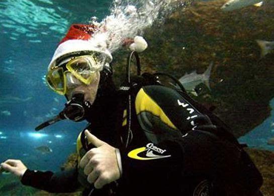 LAS FOTOS MAS RARAS DE LIONEL MESSI Messi buceando en el Aquarium de Condal con gorro navideño      Foto de Lionel Messi bajo el agua, bucea...