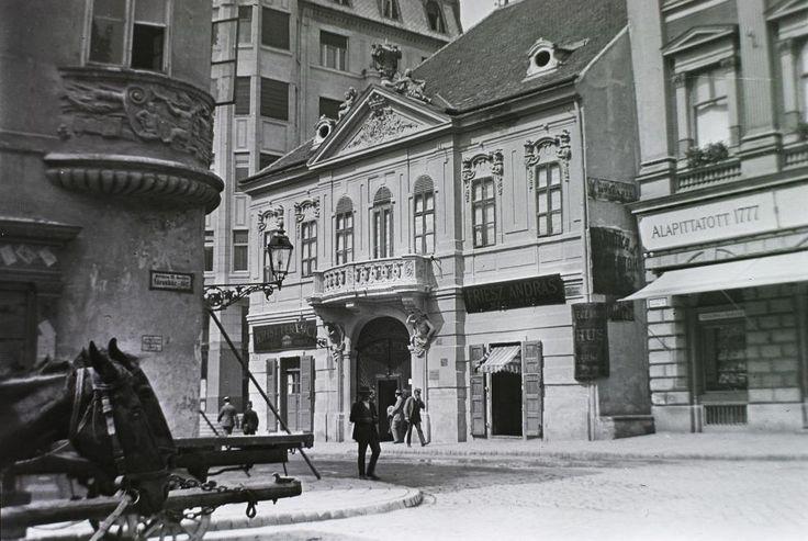Piarista (Kötő) utca a mára megszűnt Városház térről nézve, szemben a Péterffy-palota (ma 100 éves étterem), jobbra mellette a Vasudvar.