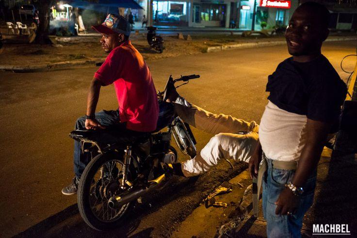 En la parada de noche Motoconcho de Republica Dominicana Moto Taxi by machbel