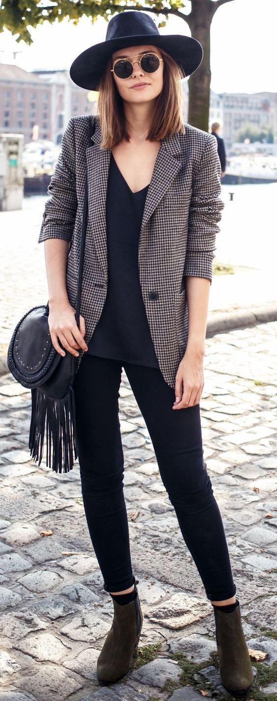 Aleatórios fashion: Blazer xadrez. Chapéu preto, óculos redondo, blusa preta com gola v, calça skinny preta, ankle boot marrom
