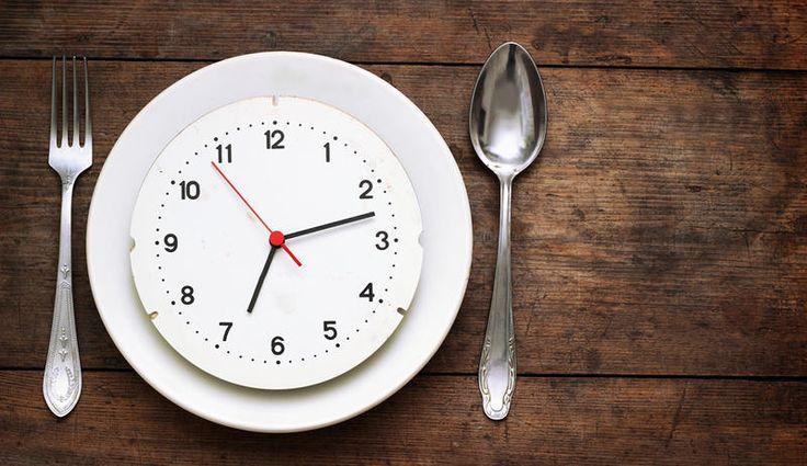 Stellen Sie sich vor, Sie futtern, was Sie wollen, und nehmen trotzdem ab. Klingt irre? Geht aber – mit der 8-Stunden-Diät, die gerade in aller Munde ist. Men's Health hat die neue Ernährungsweise ausprobiert