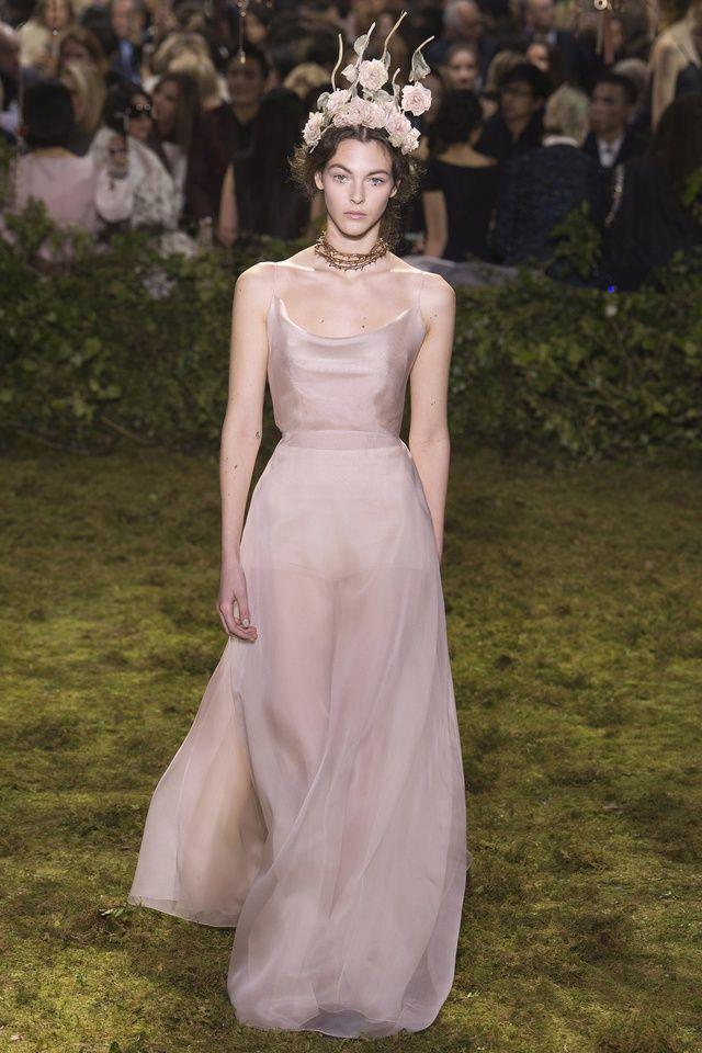 Aperçues chez Chanel, Dior ou encore Valentino, les silhouettes rose poudré étaient partout sur les podiums de la Fashion Week haute couture. Une tendance romantique, qui se présente comme une bonne alternative à la sempiternelle robe de mariée blanche. Tour d'horizon des plus beaux modèles de la saison pour trouver de l'inspiration.