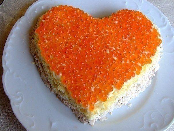 """Салат """"Сердце ангела""""  Ингредиенты:  Куриная грудка (вареная) — 1 шт Яблоки (кисло-сладкие) — 1-2 шт Сыр (твёрдых сортов) — 200 г Майонез (легкий) Икра красная — 70-100 г  Рецепт:  Порезать куриную грудку соломкой или кубиками, нанести слой майонеза, следом нанести нарезанные яблоки, опять слой майонеза, далее мелко нарезанный или тeртый сыр, опять слой майонеза и завершающий слой – слой красной икры."""