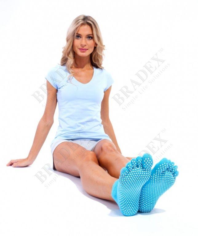 Носки противоскользящие для занятий йогой АРТИКУЛ: SF 0085 С помощью носков противоскользящих для занятий йогой Вы сможете выполнять любые упражнения из йоги или пилатеса без использования специального коврика. Противоскользящие накладки из ПВХ дают большее сцепление с поверхностью, что усиливает баланс и устойчивость поз. А дизайн носков с разделёнными пальчиками позволяет Вам полностью чувствовать стопу и каждый палец на ноге, что необходимо для правильного выполнения некоторых поз…