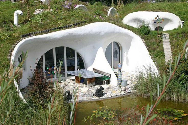 Maison écologique couverte par la terre et l'herbe