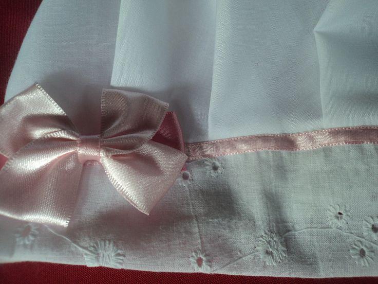 Touca branca em algodão e lese, elástico na nuca, e lindo detalhe em fita de cetim e laço rosa.  Obs: O bordado do tecido de lese que compõe a aba frontal pode variar, porém mantendo a mesma cor e qualidade.
