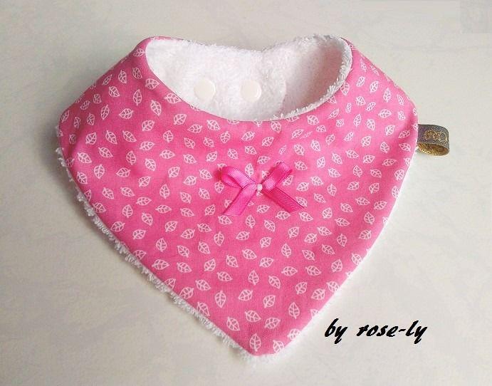 Bavoir bandana en coton rose avec des petites feuilles : Mode Bébé par rose-ly