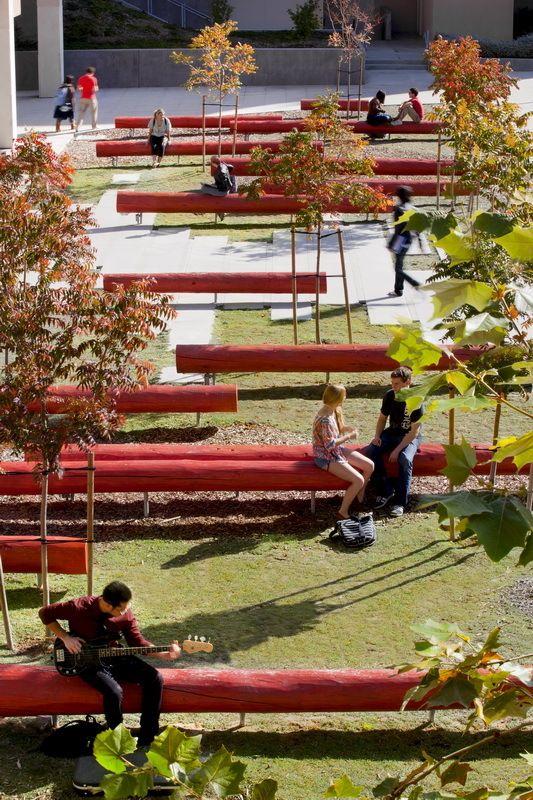 Mobiliário - Troncos de árvores pintados usados como bancos. Trazem ritmo e alegria ao espaço.