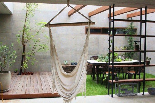 ウッドデッキ、パーゴラ、花壇、ガーデンテーブル、ウッドシェルフ、古材のシンク、棚、植栽、ジャンク系ディスプレイ