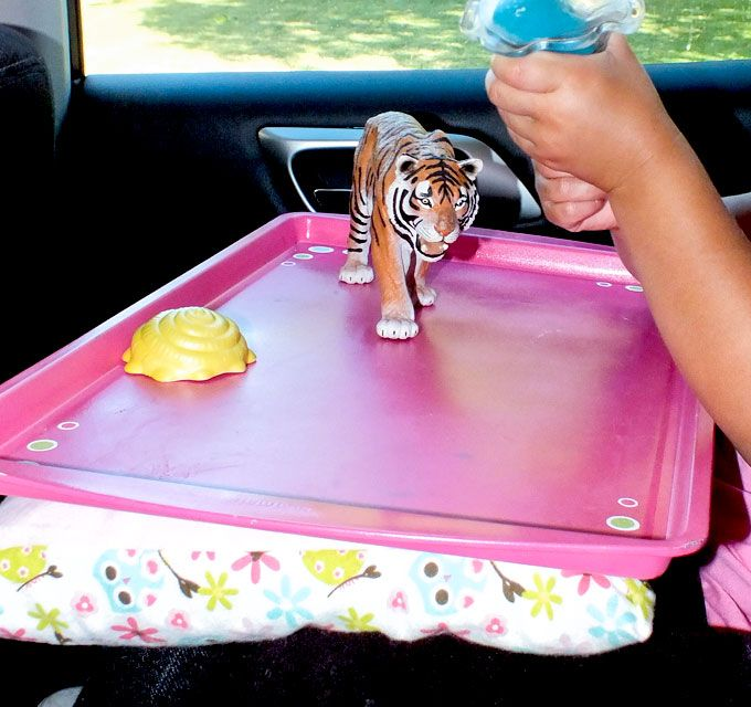 Nós usamos uma assadeira e alguns tecido de sucata para fazer este DIY Road Trip Bandeja de viagem - deve ter um item em uma viagem de carro de multi-hora com uma criança!  Para Crafts mais divertido do miúdo, siga-nos no Pinterest.