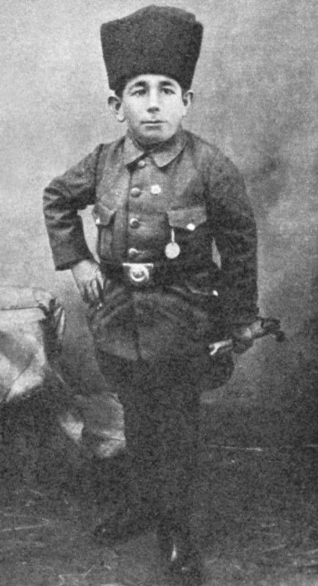 Ali Şamil Güler-Aslan Yürekli CüceAli Şamil, 110 cm boyunda bir saray soytarısıydı. Ancak Kurtuluş Savaşı başladığında kuştüyü yatağını bırakıp, Mustafa Kemal'in askerlerine katıldı...
