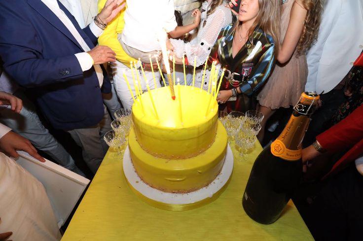 Gialla e brillante come i raggi del sole la torta di compleanno per un party estivo by Alba Catering #torte #torteestive #tortecompleanno #cake #pasticceria #compleanno