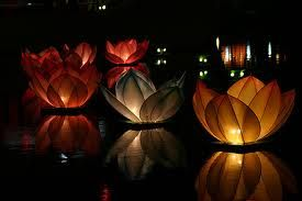 How to Make Floating Lanterns. DIY tutorial in the link. Outdoor Party Lighting http://pinterest.com/wineinajug/outdoor-party-lighting/