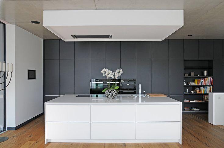 weißer Küchenblock vor dunkler Wand