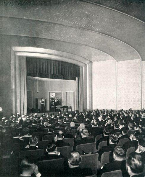 """Theaterschiff:  Die """"Normandie"""" verfügte nicht nur über einen Kinosaal,..."""