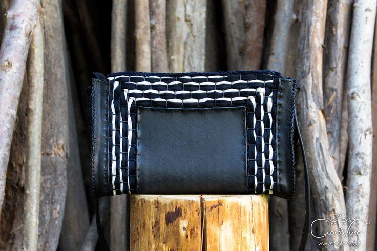 Una bellissima combinazione di delicata pelle nera ed un intreccio di tessuto bicolore. Una borsetta in vero cuoio realizzata interamente a mano da CuoioVivo. #cuoio #leather #tessuto #fabric #fashion #moda #borsa #borse #borsetta #borsette #pelle #pelletteria #madeinitaly #italianleather #fattoamano #handmade #craft #crafts