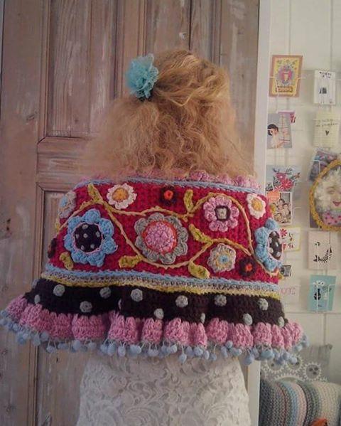 Vandaag kruip ik weer in mijn warme #gehaakteomslagdoek #crochetdesign #crochet…