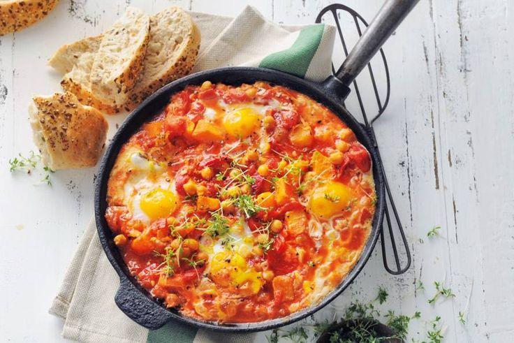 Met brood en ei wordt dit pompoengerecht een volledige maaltijd - Recept - Pompoen-paprikastoof met ei en brood - Allerhande