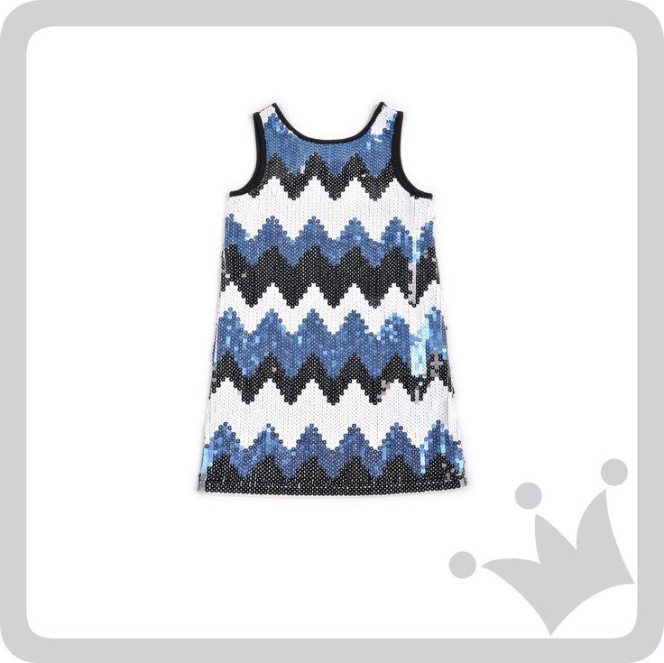 Entre sus recomendados, Pilar Schmith escogió para su hija Sara, este hermoso vestido de lentejuelas con diseño en zigzag para una ocasión formal. Encuéntralo en tu tienda EPK más cercana o en www.shopepk.com.co