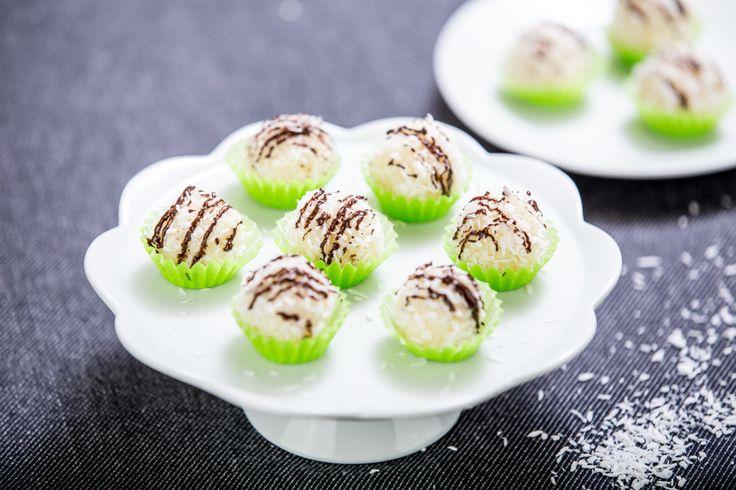 Úžasně snadné a vynikající kuličky s výraznou chutí kokosu vytvoříte během několika minut a stejně rychle zmizí i z talíře :)
