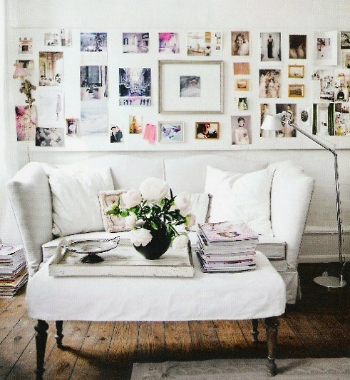 25 DIY ways to hang photos in your house: Idea, Living Rooms, Photo Display, Frames, Galleries Wall, Photo Wall, Families Photo, Display Photo, Pictures Wall