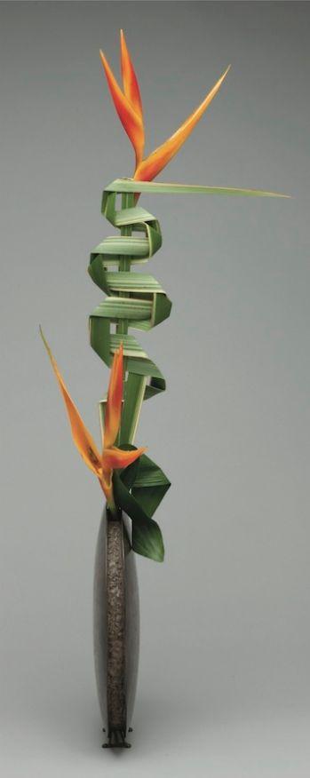 Leaf manipulation in Ikebana - New Zealand flax, Heliconia, Aspidistra | http://www.leafmanipulation.com/