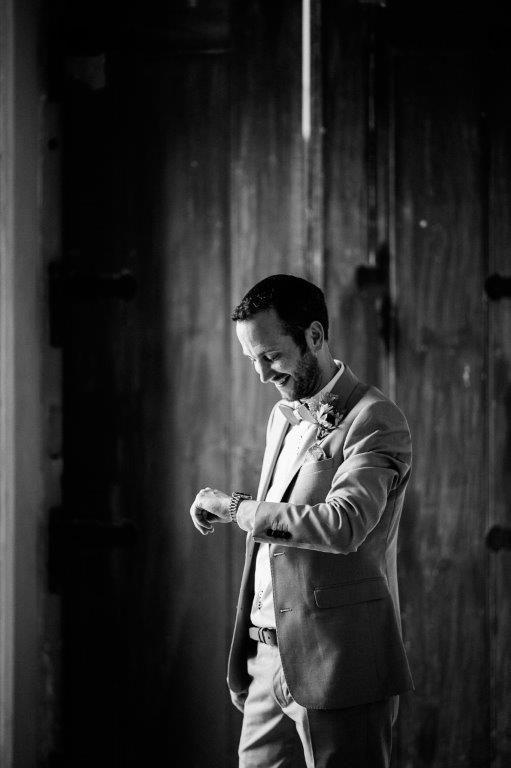 Is she late? - www.myvintageweddingportuga.com | #weddinginportugal #vintageweddinginportugal #vintagewedding #portugalwedding #myvintageweddinginportugal #rusticwedding #rusticweddinginportugal #thequinta #weddinginsintra #summerweddinginportugal