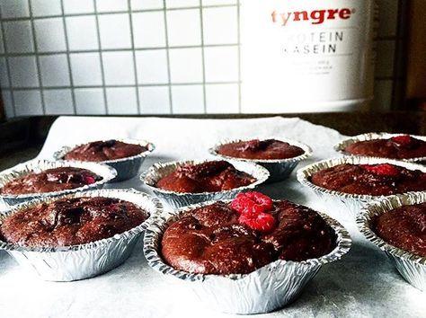 Kladdkakemuffins m. hallon till söndagsfika! ☕️☝Ca 55 kcal/muffins. Gjorda på Tyngre Protein Kasein Kladdkaka. ➖➖➖ Mixa ihop 1 dl havregryn med 1 ägg, 2 äggvitor, 1,5 dl kokoskvarg, 3 msk vatten, 2 msk kakao, 1 dl sötningsmedel (Sötströ eller liknande), några droppar Stevia Vanilj (Nutrinick eller liknande), 1 tsk bakpulver och 2 msk kokosmjöl. Fördela smeten i 10 st muffinsformar och trycker ner några hallon i varje!