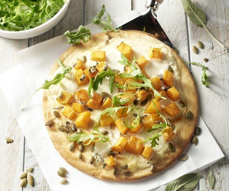 La pizza è il piatto preferito da grandi e piccini, sopratutto quando è fatta in casa! Oggi prepariamo una pizza con panna acida e aglio, condita con dadini di zucca, salvia, semi di zucca e, ovviamente, non possono mancare le mozzarelline. Vi auguriamo una piacevole pizzata!