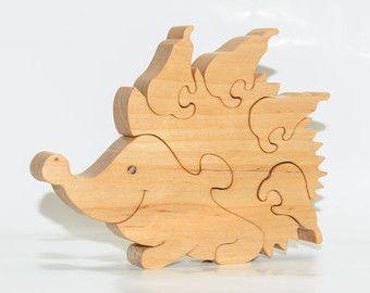 Puzzle di legno riccio raccoglie le mele. Giocattoli fatti a