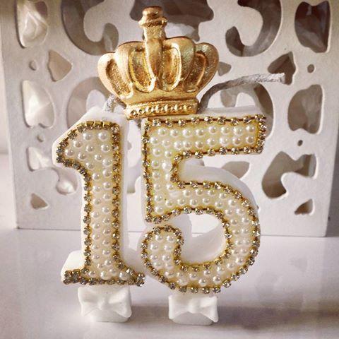 Vela de 15 anos com coroa.  @ateliecrisetiago #ateliecrisetiago #15anos #quinzeanos #debutante #festa #party #15anostiffany #15anosfesta #velaprincesa #veladeprincesa #bday #aniversario #velapersonalizada #velacomperola #vela15anos #dye #artesanato