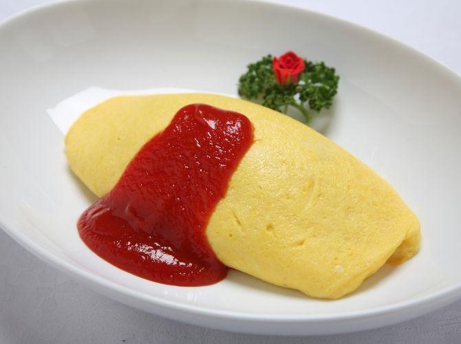 オムライス - 茂出木 浩司シェフのレシピ ケチャップはご飯を加える前に食材と一緒に炒め、酸味を飛ばします。卵に炒めたご飯をのせる際はほぐしながら入れましょう。ご飯がほぐれていないと偏りができ、オムライスの形を崩す原因になります。