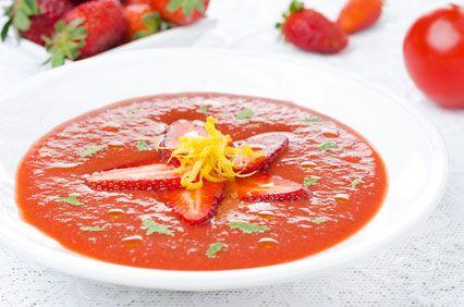 Een heerlijke zomerse gazpacho met aardbeien en tomaten. Bekijk hier het recept of maak een keuze uit andere heerlijke gezonde tips.