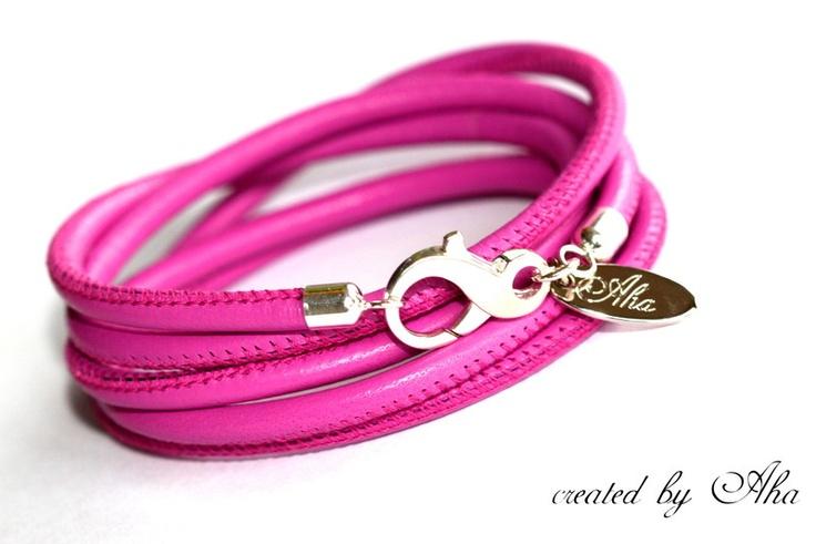 Cool en stijlvol!  Handgemaakte lederen armband gemaakt van fijne, nappa lederen  - in een frisse CANDY kleur.( Roserod)  De armband wordt 5 maal rond