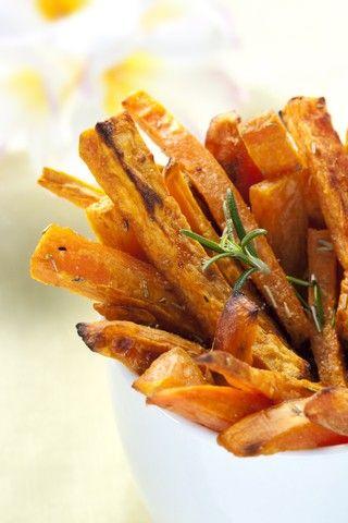 Søtpotetchips med sennepsdip oppskrift Vegetabilsk olje til frityrsteking 1 kg søtpotet Havsaltflak Sennepsdip 120 g rømme 2 ts dijonsennep 1 ss sitronsaft