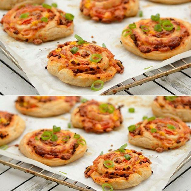 Utroligt lækre pizzasnegle med fyld af oksekød, peberfrugt, tomatsovs og masser af smeltet ost selvfølgelig.