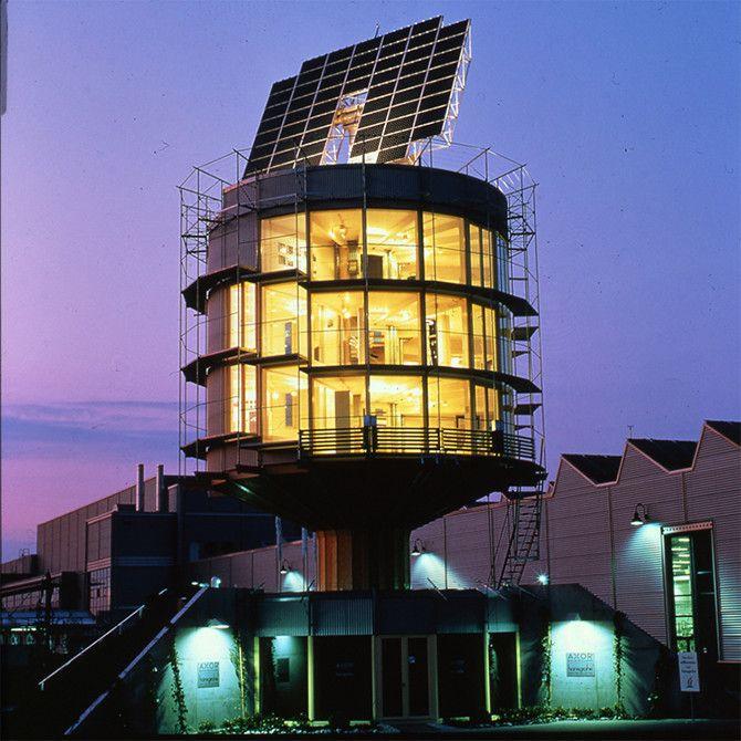 Гелиотропный вращающийся дом  Фрайбург, Германия  Ярый защитник экологии архитектор Рольф Диш построил дом, работающий на солнечной энергии. Зимой это экологически чистое жилье обращается фасадом к солнцу, обогревая весь дом, а летом, наоборот, отворачивается от светила, обеспечивая хорошую теплоизоляцию. Жить в постоянно крутящемся строении звучит не слишком-то комфортно, но ради спасения экологии рискнуть стоит.   Источник: http://fishki.net/1435930-10-domov-brosajuwih-vyzov-zakonam-grav