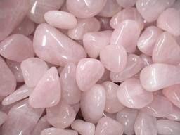 """cuarzo rosa   Se recomienda a las personas del signo de Tauro que lleven siempre un Cuarzo Rosa ya que quien está en contacto permanente con esta piedra preciosa se va transformando en un ser cada vez más amoroso y lógicamente atrae fácilmente más amor a su vida, consiguiendo relaciones son armónicas y equilibradas.  .  """"La piedra del alivio"""", """"La piedra del Perdón"""", en la India se le llamaba """"Quema karma""""."""
